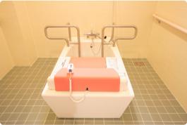 画像:リフト付きの特殊浴室